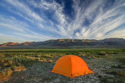 Tent with travelers on a background of mountains and clouds. © Anton Petrus – Fotolia